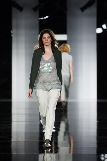 20100523 Aurora Fashion Week. Показ коллекции Лилии Пустовит. Фотография с сайта  http://www.aurorafashionweek.com.
