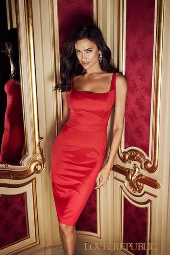 Классическое красное платье впол
