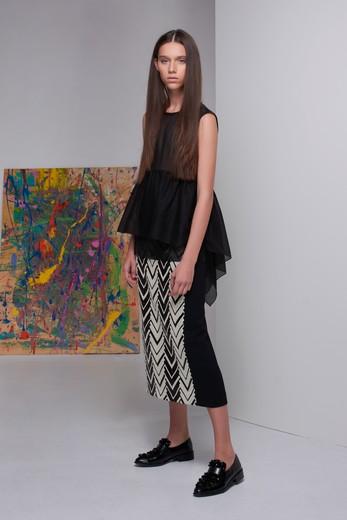908fb6b46921 В коллекции представлены платья из струящегося шелка, жакеты из строгого  хлопка, полупрозрачные блузы и дерзкие брюки.