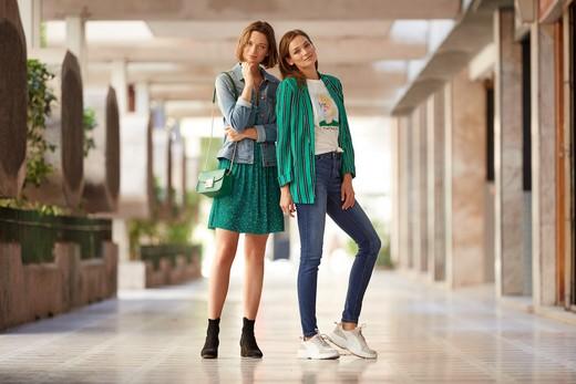 4443b2457e0b Стиль бохо является основным трендом нового сезона  одежда из денима с  деталями в виде заклепок и широких поясов идеально сочетается с  аксессуарами и ...