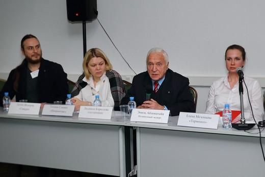 Эмиль Айзенштейн, независимый эксперт (второй справа).  Фотография предоставлена организаторами выставки Sport Casual Moscow
