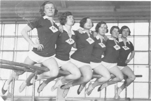 1-ая сборная команда Москвы по гимнастике (девушки на брусьях), 1934. Изображение предоставлено Еленой Истягиной-Елисеевой