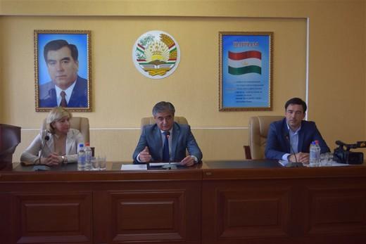 Анвар Яъкуби, заместитель председателя Согдийской области, Светлана Пономарева, Ардашер Ибрагимов. Фотография предоставлена организаторами бизнес-тура