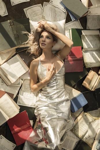907fdec1dc6a На страницах издания известные российские актрисы выступают проводниками  искусства именитых дизайнеров, вместе создавая неповторимые образы.