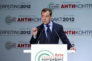 Премьер Дмитрий Медведев заявил на форуме, что бороться с контрафактными продажами можно только «мирным» путем, а не карательными мерами.  Фото: ИТАР - ТАСС