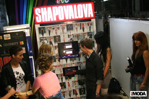 20091202 Открытие автоматизированного магазина футболок бренда SHAPOVALOVA. Дизайнер Антонина Шаповалова и группа Т9. Фотография Дэниела Андерсона, ИА «РИА МОДА»