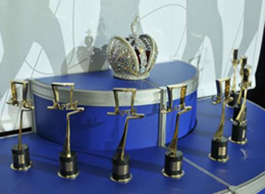 20090817 Международная выставка головных уборов «Сhapeau-2009». Гран-при конкурса «Головной Убор Сhapeau» - «Корона Империи Головных Уборов». Фотография с сайта http://www.kordon.ru/shapo/anons2009.html